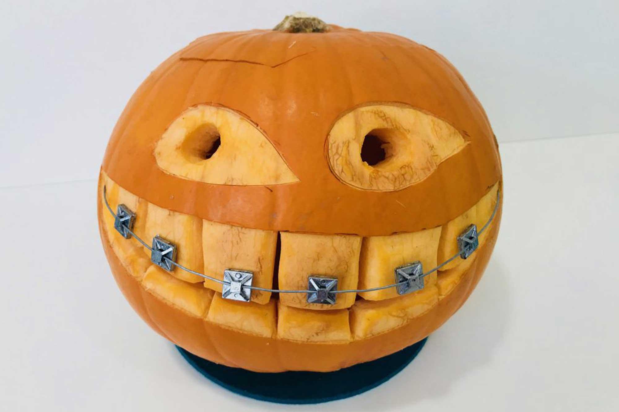 Halloween Kürbis mit Zahnspange von Kieferorthopädie Dr. Theresa Jilek Wolfratshausen, Geretsried, Penzberg, Bad Tölz, Münsing und Icking